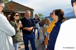 z wiceburmmistrzem Montedinove Eraldo Vagnetti'm i grupą turystów